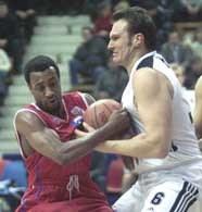 CSKA - Idea Śląsk 73:45. Aleksander Kul w walce o piłkę z Johnem Robertem Holdenem