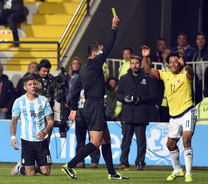"""Cuadrado (z prawej) podczas Copa America, w którym uczestniczył z reprezentacją Kolumbii. """"Los Cafeteros"""" przegrali z Argentyną w ćwierćfinale /AFP"""