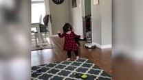 Cud? Mała dziewczynka uczy się chodzić po 4 operacjach mózgu