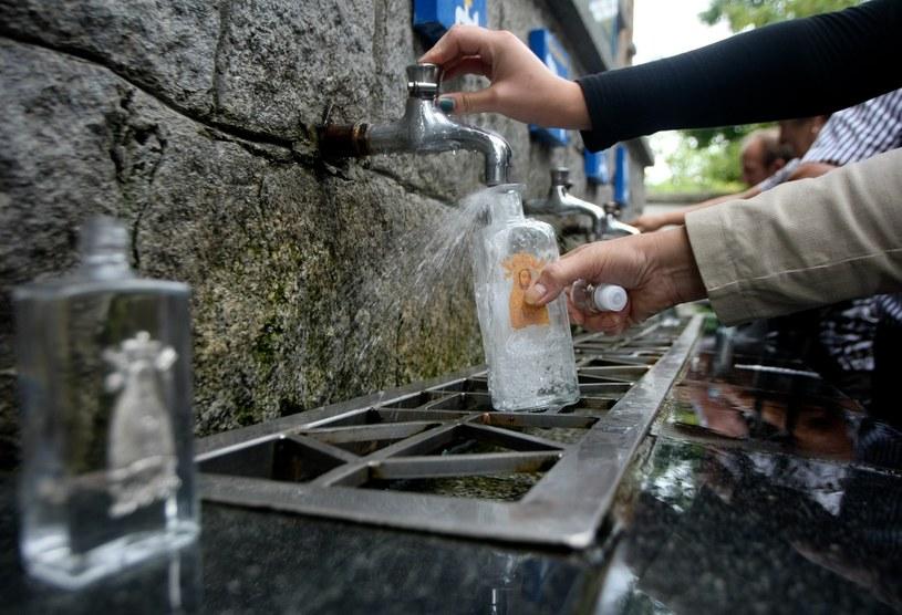 Cudowne źródło w Licheniu - wielu turystów przybywa tu po wodę /Michał Dyjuk/Reporter /East News