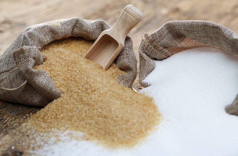 Cukier biały i brązowy /©123RF/PICSEL