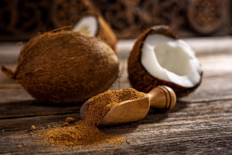 Cukier kokosowy nadal jest w Polsce nowinką, ale coraz częściej pojawia się w sklepach /123RF/PICSEL