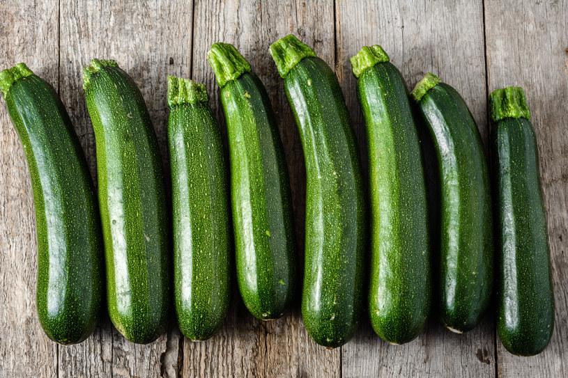 Cukinia jest jednym z wdzięczniejszych warzyw. Warto zamknąć ją w słoiku /©123RF/PICSEL