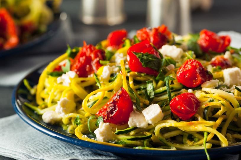 Cukiniowe spaghetti z dodatkiem warzyw i sera feta /123RF/PICSEL