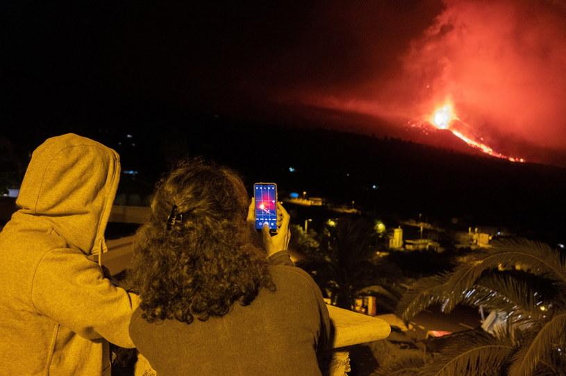 Cumbre Vieja jest w fazie największej erupcji. Wyrzuca okruchy wulkaniczne na 800 metrów /PAP/EPA/CARLOS DE SAA /PAP