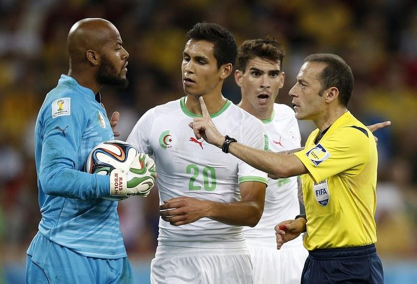 Cuneyt Cakir podczas meczu Algierii z Rosją /AFP
