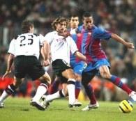 Curro Torres i Angulo próbują powstrzymać Ronaldinho. Barcelona-Valencia 1:1 /AFP