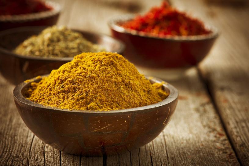 Curry to jedna z przypraw, które przebojem wkroczyły do naszej kuchni /123RF/PICSEL