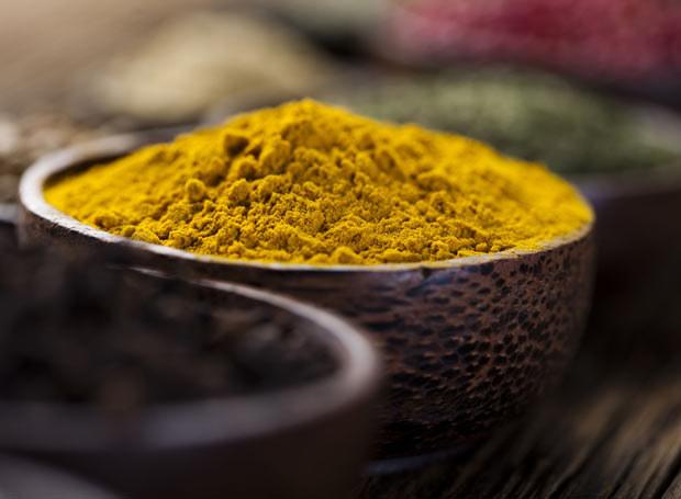 Curry to świetny dodatek do ogórków! Jest bardzo zdrowe - zwiększa wydzielanie żółci, tym samym ułatwia spalanie tłuszczów /Picsel /123RF/PICSEL