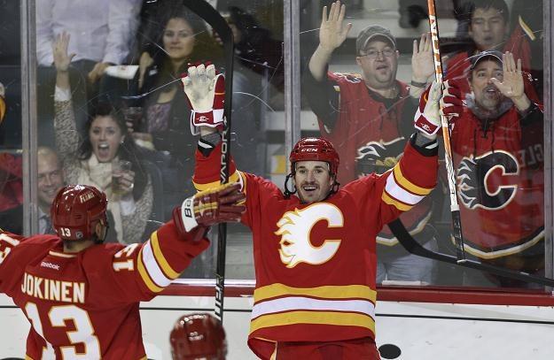 Curtis Glencross poprowadził Flames do zwycięstwa nad Blackhawks /AFP
