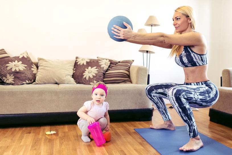 Ćwiczenia angażujące mięśnie brzucha można zacząć przynajmniej dwa miesiące po porodzie /123RF/PICSEL