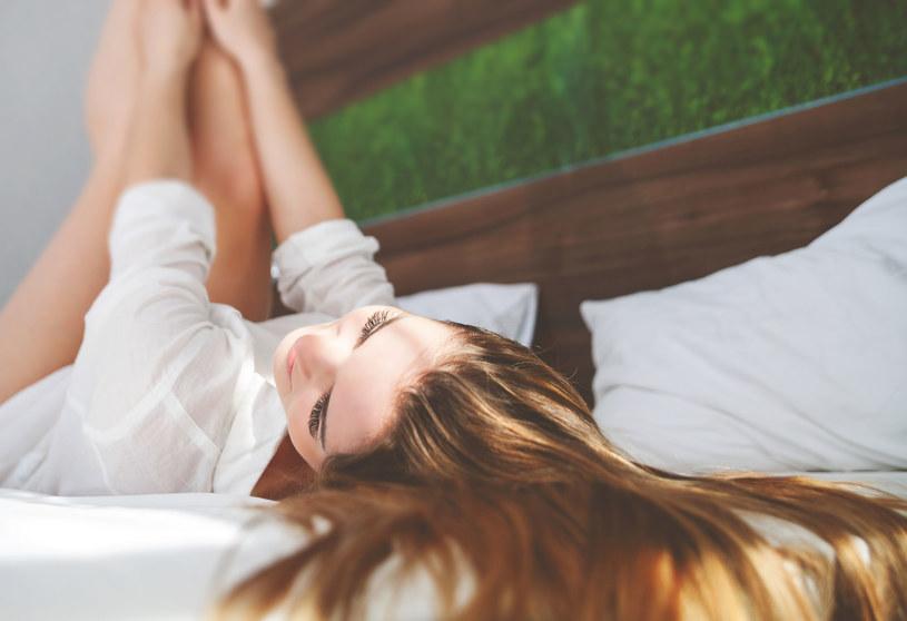 Ćwiczenia bez wychodzenia z łóżka? To idealna opcja dla śpiochów /123RF/PICSEL
