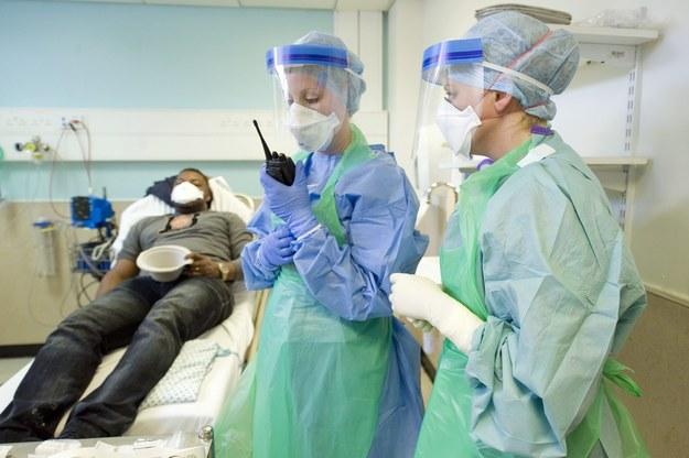 Ćwiczenia brytyjskich służb, testujące przygotowanie do ewentualnego wybuchu epidemii eboli /ANNE-MARIE SANDERSON/DOH/HANDOUT /PAP/EPA