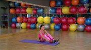 Ćwiczenia fitness z gumą: Unoszenie nogi razem z biodrami