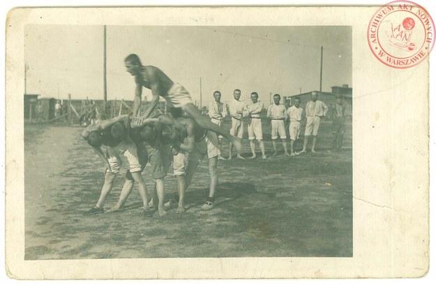 Ćwiczenia gimnastyczne internowanych legionistów w Szczypiornie, 1917 rok /Archiwum Akt Nowych