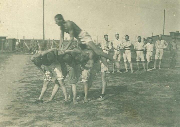 Ćwiczenia gimnastyczne internowanych legionistów w Szczypiornie, 1917 r.; AAN Akta Bronisława Piłsudskiego, sygn. 124. /Archiwum Akt Nowych