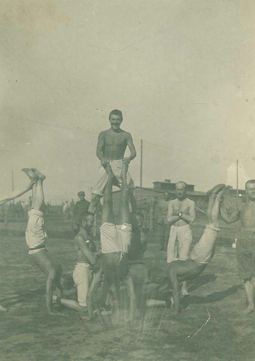 Ćwiczenia gimnastyczne internowanych legionistów w Szczypiornie, 1917 r.; AAN, Zbiór dokumentów pochodzących z archiwów obcych, sygn. 94. /Archiwum Akt Nowych