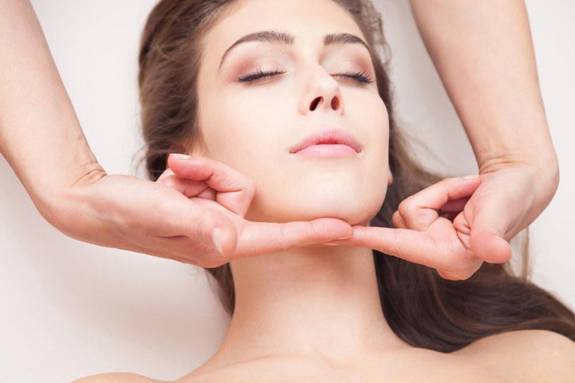 Ćwiczenia i masaże także poprawiają jakość i sprężystość delikatnej skóry /123RF/PICSEL
