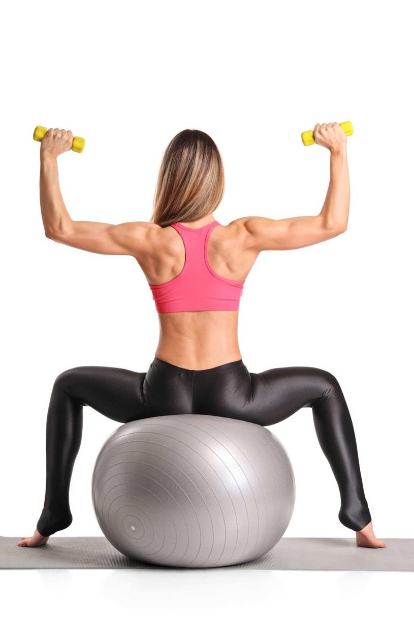 Ćwiczenia na ładny biust /123RF/PICSEL