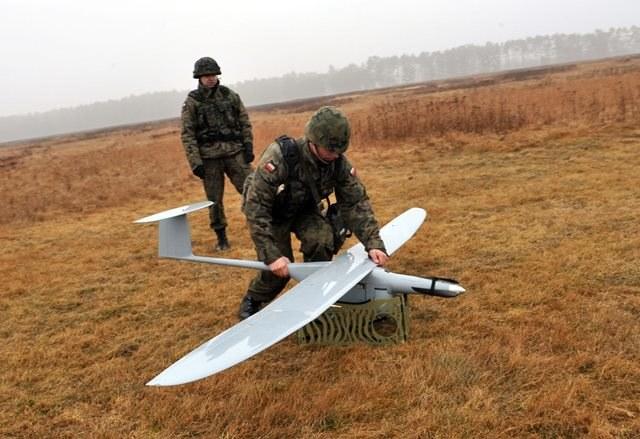 Ćwiczenia na poligonie z użyciem drona /Marcin Bielecki /PAP