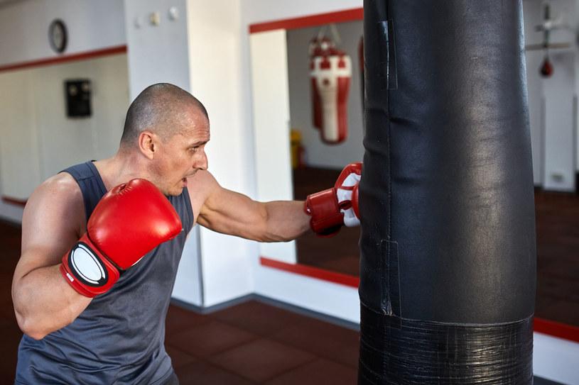 Ćwiczenia na przyrządach to ważny element treningu bokserskiego /123RF/PICSEL