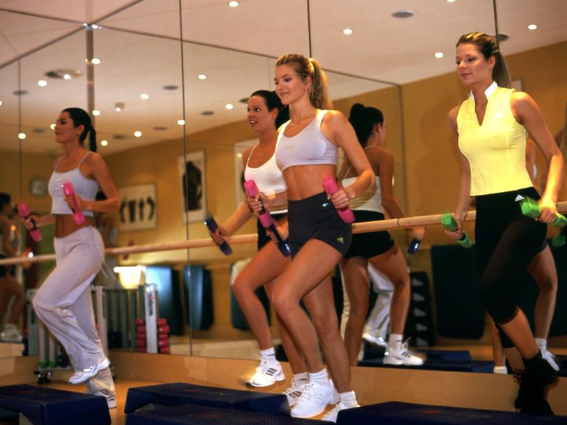 Ćwiczenia na stepie powodują przyrost mięśni nóg  /© Bauer