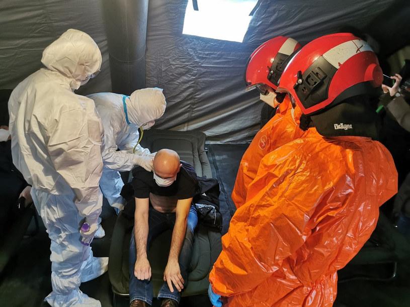 Ćwiczenia Państwowej Straży Pożarnej przed oddziałem zakaźnym Wojewódzkiego Szpitala na wypadek epidemii koronawirusa/ zdjęcie ilustracyjne /Łukasz Solski / East News /East News