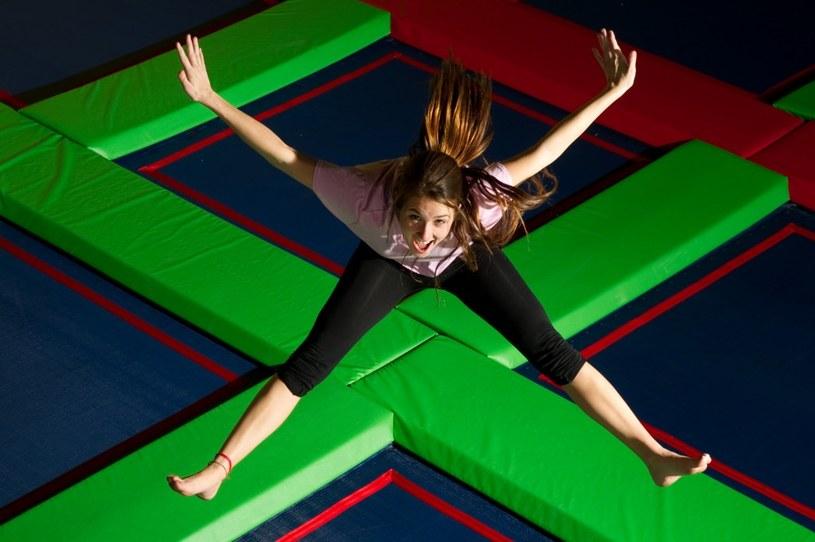 ćwiczenia skoki na trampolinie /© Photogenica