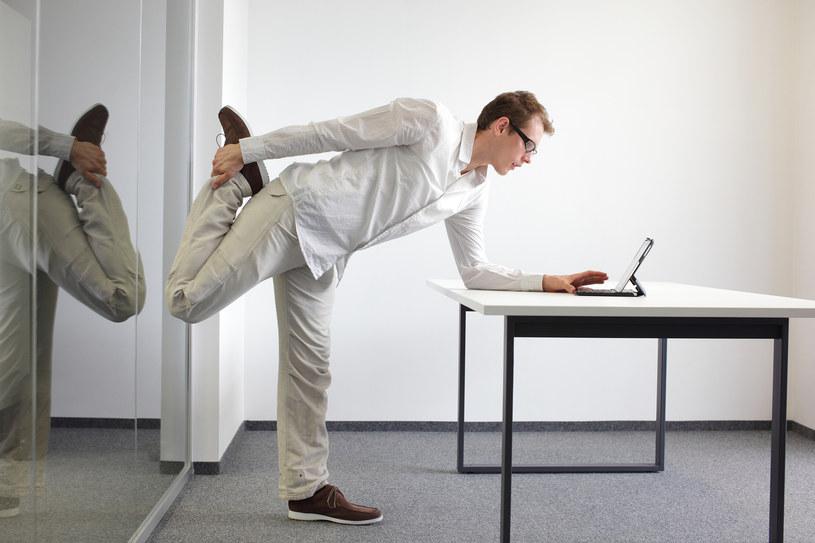ćwiczenia w biurze /© Photogenica
