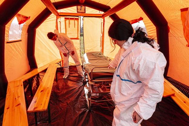 Ćwiczenia z rozstawiania namiotów służących do wsparcia procesu segregacji osób zgłaszających się do szpitali z podejrzeniem koronawirusa przed Uniwersyteckim Szpitalem Klinicznym we Wrocławiu /Aleksander Koźmiński /PAP
