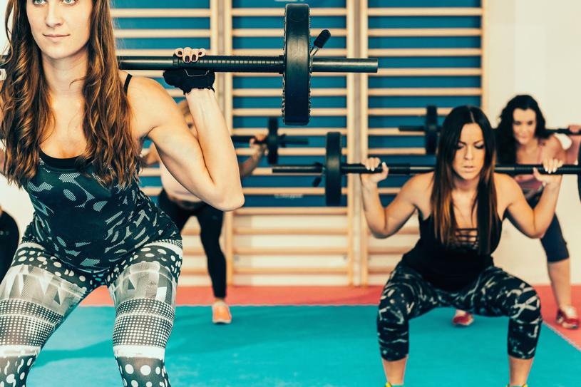 Ćwiczenia ze sztangą cieszą się coraz większą popularnością /123RF/PICSEL