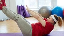 Ćwiczysz, a boczki i brzuch nie chcą zniknąć? Powód jest prosty