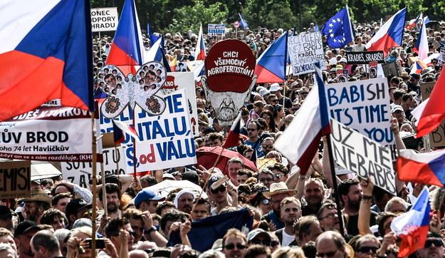 Ćwierćmilionowy protest przeciw premierowi i minister sprawiedliwości w Czechach /FILIP SINGER /PAP/EPA