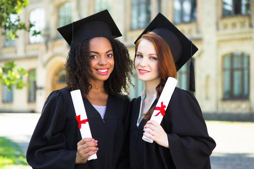 Cyberprzestępcy oferują fałszywe dyplomy i możliwość zmiany stopni szkolnych /123RF/PICSEL