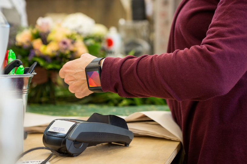 Cyberprzestępcy - za sprawą analizy schematów wykorzystania inteligentnych zegarków - mogą rozszyfrować, jaki PIN wpisujemy /123RF/PICSEL