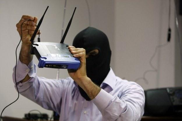 Cyberprzestępcy zarabiają na niewinnych użytkownikach internetu /AFP