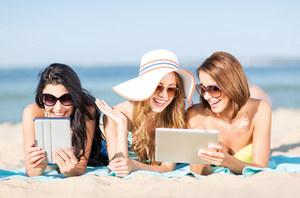 Cyfrowe bezpieczeństwo podczas wakacji