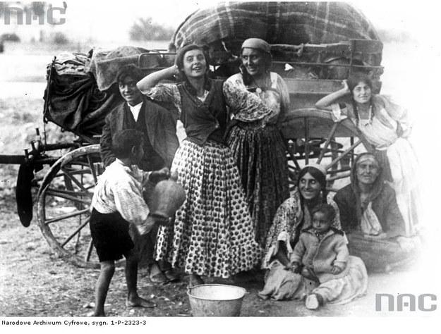 Cyganie na tle wozu - zdjęcie z okresu międzywojennego /Z archiwum Narodowego Archiwum Cyfrowego