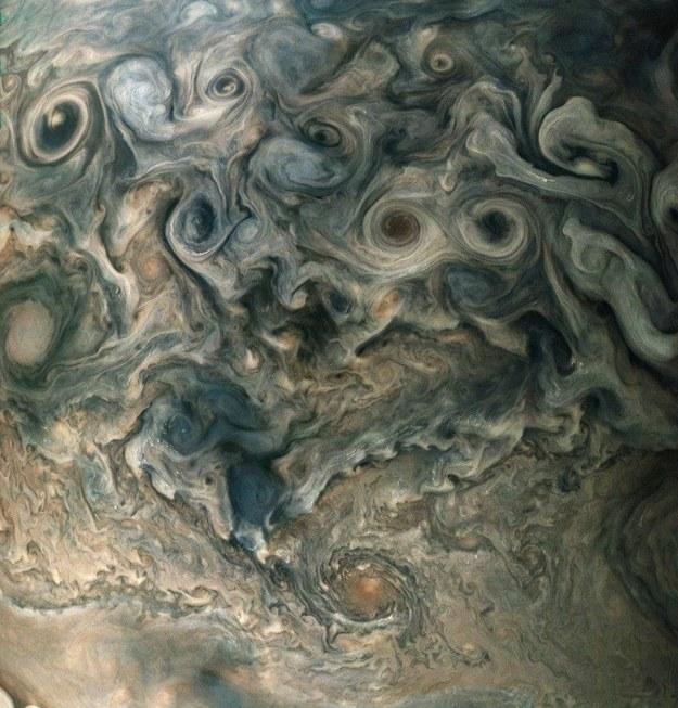 Cyklony wokół bieguna północnego Jowisza /NASA/JPL-Caltech/SwRI/MSSS/Betsy Asher Hall/Gervasio Robles Juno reached Jupiter and began  /materiały prasowe