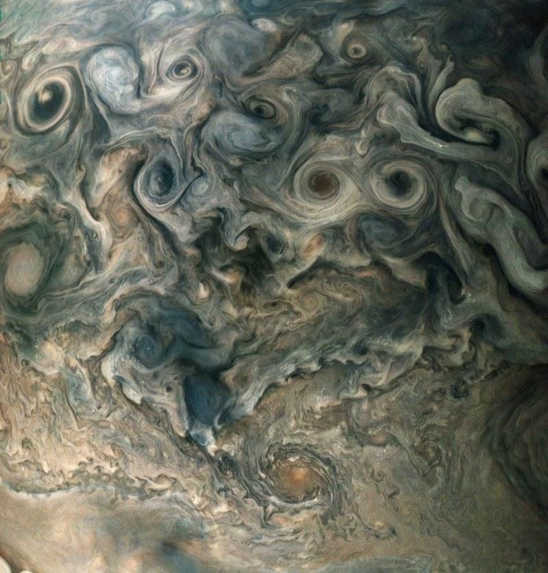 Cyklony wokół bieguna północnego Jowisza /NASA