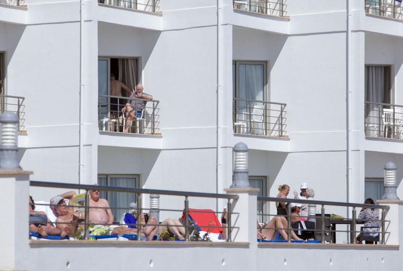 Cypr Północny: Turyści objęci kwarantanną wygrzewają się na słońcu /BIROL BEBEK/AFP /East News