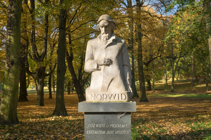 Cyprian Kamil Norwid, pomnik w Łazienkach Królewskich /Arkadiusz Ziołek/EAST NEWS  /East News