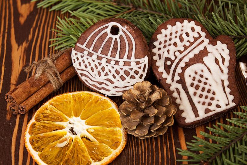 Cytrusy mają wiele zastosowań. Sprawdzą się również na świątecznym drzewku /123RF/PICSEL