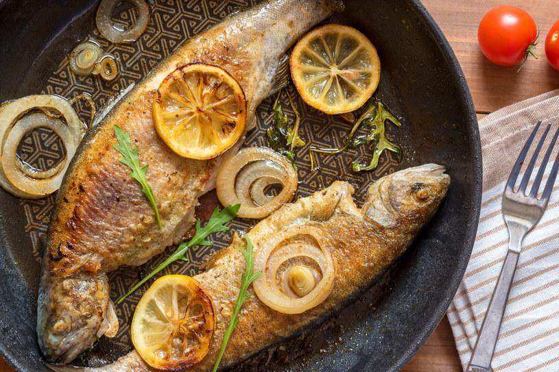 Cytryna i ryba to doskonałe połączenie. I to nie tylko smakowe! Cytrusy pomogą zniwelować nieprzyjemny zapach powstały podczas smażenia /123RF/PICSEL