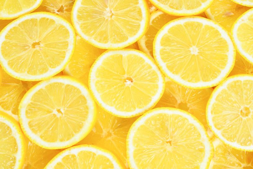 Cytryna i wyciśnięty z niej sok, to najlepsze domowe sposoby na wybielenie firanek /123RF/PICSEL