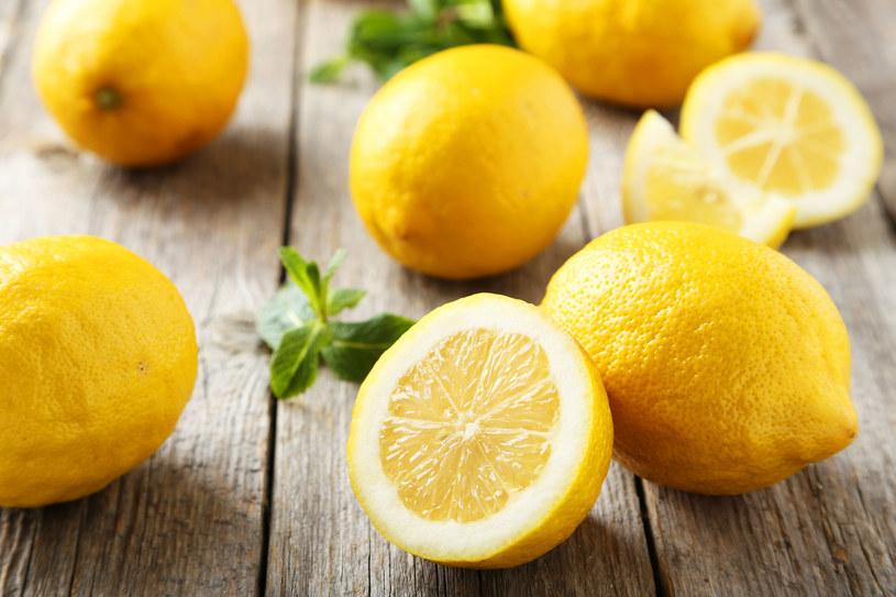 Cytryna ma w ustach kwaśny smak, ale w silnie kwaśnym środowisku żołądka działa alkalizująco /123RF/PICSEL