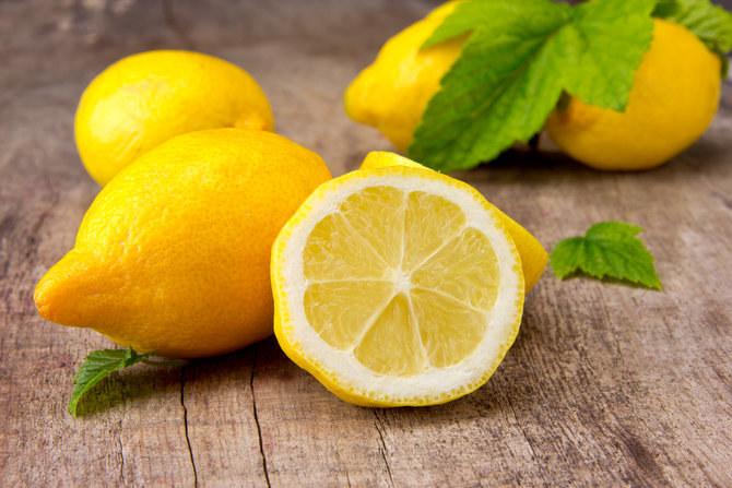 cytryna na żółte paznokcie /© Photogenica