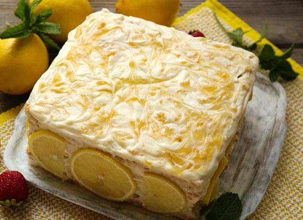 Cytrynowy tort pięknie się prezentuje i smakuje wyjątkowo. /123RF/PICSEL