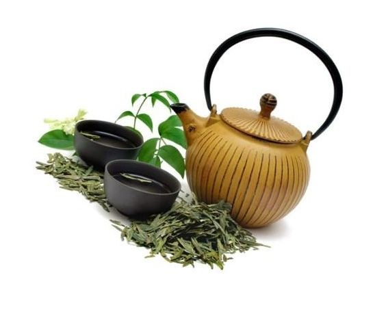 Czarna herbata na siwe włosy /© Photogenica