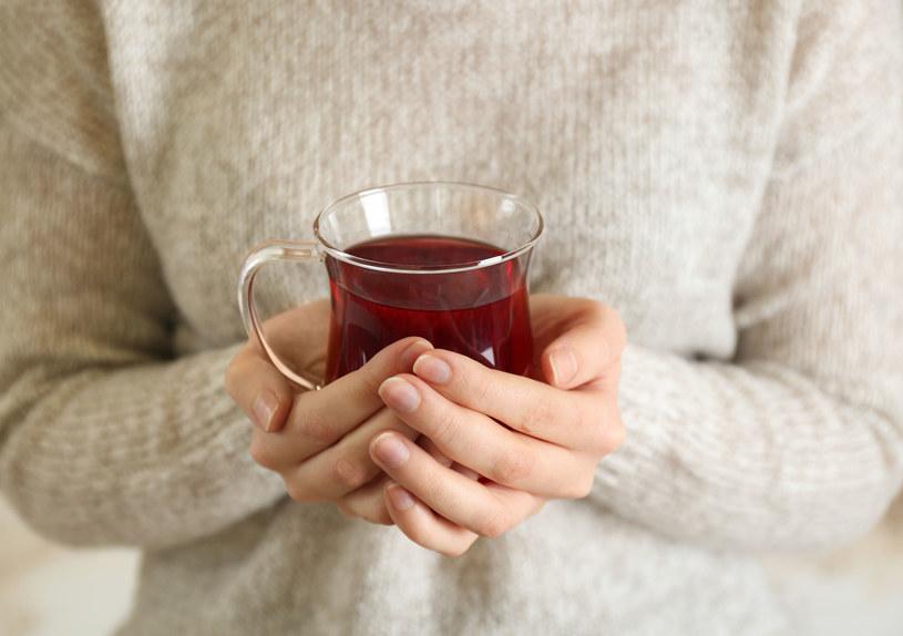 Czarna herbata poprawia koncentrację. Zwłaszcza u osób starszych /123RF/PICSEL